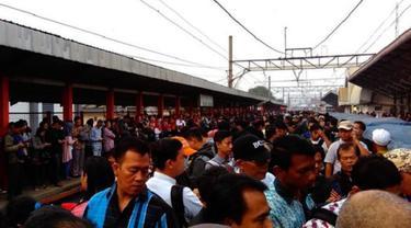 Akibat putusnya kabel sutet PLN, Commuterline atau kereta listrik (KRL) perjalanan Depok-Bogor terganggu.