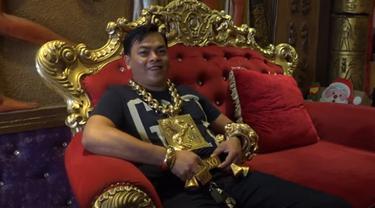 pria mengenakan emas 13 Kg (foto: Odditycentral)