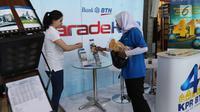 SPG membagikan brosur parade KPR Bank BTN kepada penumpang di Stasiun Kota, Jakarta, Senin (4/12). Menyambut HUT ke-41 KPR, PT BTN (Persero) Tbk menggelar parade KPR dengan suku bunga KPR berbunga rendah 4,1 persen. (liputan6.com/Angga Yuniar)