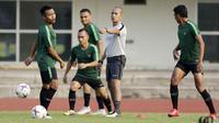 Timnas Indonesia saat berlatih di Stadion Universitas Kasetsart, Bangkok, Kamis (15/11/2018), jelang melawan Thailand. (Bola.com/Muhammad Iqbal Ichsan)
