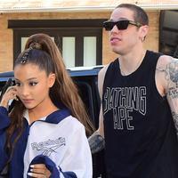 Ariana Grande membuat tato baru untuk mengenang meninggalnya ayah sang tunangan, Pete Davidson. (Footwear News)