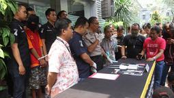 Kasubbid Penmas Bidang Humas Polda Metro Jaya AKBP I Gede Nyeneng memberi keterangan saat rilis kasus penipuan yang mengaku sebagai karyawan bank di Reskrimum Polda Metro Jaya, Jakarta, Kamis (22/3). (Liputan6.com/Arya Manggala)