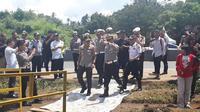 Kakorlantas Polri Irjen Istiono dan jajarannya meninjau lokasi longsor di Tol Cipularang, Rabu (19/2/2020). (Liputan6.com/Muhammad Radityo Priyasmoro)
