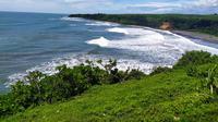 Hamparan laut yang luas memberikan sensasi berbeda saat anda menikmati wisata di kawasan wisata Puncak Guha, Garut, Jawa Barat. (Liputan6.com/Jayadi Supriadin)