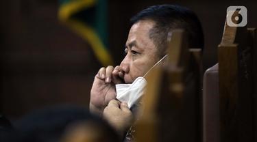 Pengusaha Tommy Sumardi, terdakwa perantara suap penghapusan nama Djoko Tjandra dari red notice saat menjalani sidang lanjutan di Pengadilan Tipikor, Jakarta, Selasa (24/11/2020). Sidang mendengar keterangan saksi, salah satunya Irjen (Pol) Napoleon Bonaparte. (Liputan6.com/Helmi Fithriansyah)