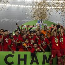 Para pemain Persija Jakarta merayakan gelar juara usai mengalahkan Mitra Kukar pada laga Liga 1 di SUGBK, Jakarta, Minggu (9/12). Persija menang 2-1 atas Mitra. (Bola.com/Yoppy Renato)