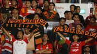 Suporter tim Macan Kemayoran memberi dukungan buat pemain Persija usai dikalahkan Home United pada laga kedua Semifinal Zona Asia Tenggara Piala AFC 2018 di Stadion GBK, Jakarta, Selasa (15/5). Persija kalah 1-3. (Liputan6.com/Helmi Fithriansyah)