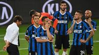 Pemain Inter Milan tampak lesu usai gagal meraih gelar juara Liga Europa 2019/2020 di Stadion RheinEenergie, Sabtu (22/8/2020) dini hari WIB. Inter Milan kalah 2-3 atas Sevilla. (AFP/Ina Fassbender/various sources)