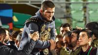 1. Khabib Nurmagomedov - Petarung asal Rusia ini memutuskan pensiun setelah berhasil mengalahkan Justin Gaethje pada event bertajuk UFC 254. Khabib punya rekor bertarung fantastis, ia berhasil meraih 29 kemenangan tanpa sekali pun mengalami kekalahan. (Vasily MAXIMOV/AFP)