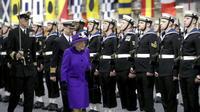 Ratu Inggris Queen Elizabeth menghadiri Upacara Commissioning HMS Queen Elizabeth di HM Naval, (7/12) di Portsmouth, Inggris. Ratu mengahdiri upacara kapal induk baru Inggris dengan memakai busana tren warna 2018 (AP/Chris Jackson)