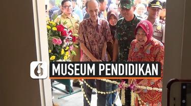 Wali Kota Tri Rismaharini meresmikan Museum Sejarah Pendidikan di Surabaya, Jawa Timur. Museum berisi berbagai koleksi benda pendidikan dari zaman penjajahan.