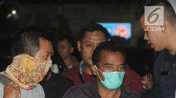 Bupati Purbalingga Tasdi mengenakan masker saat tiba di Gedung KPK, Jakarta, Selasa (5/6). Tasdi terjaring Operasi Tangkap Tangan KPK terkait kasus dugaan suap proyek infrastruktur di Kabupaten Purbalingga, Jawa Tengah. (Merdeka.com/Dwi Narwoko)