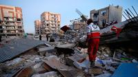 Tim penyelamat mencari korban usai gempa berkekuatan 7.3 SR menghantam di Sarpol-e Zahab, Provinsi Kermanshah, Iran, (13/11). Gempa dahsyat di perbatasan Irak-Iran ini menewaskan ratusan orang dan melukai 1.600 lainnya. (Pouria Pakizeh/ISNA via AP)