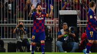 Lionel Messi mencetak gol saat Barcelona menghadapi Atletico Madrid (Giuseppe CACACE / AFP)