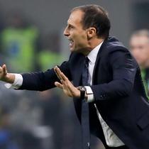 Pelatih Juventus, Massimiliano Allegri menginstruksikan pemainnya saat bertanding melawan AC Milan pada lanjutan Liga Serie A Italia di stadion San Siro, Milan (11/11). Juventus menang 2-0 atas AC Milan. (AP Photo / Luca Bruno)