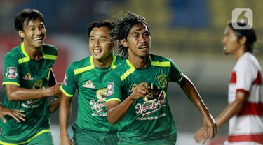 Pemain Persebaya Surabaya, Ady Setiawan (kedua kanan), melakukan selebrasi usai mencetak gol ke gawang Madura United pada laga Piala Menpora 2021 di Stadion Si Jalak Harupat, Bandung, Minggu (28/3/2021). Persebaya Surabaya menang 2-1. (Bola.com/M Iqbal Ichsan)