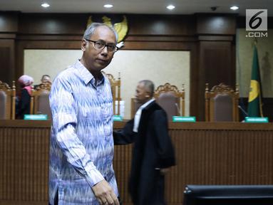 Terdakwa perintangan penyidikan korupsi E-KTP, Bimanesh Sutarjo usai sidang putusan di Pengadilan Tipikor, Jakarta, Senin (16/7). Bimanesh dinyatakan bersalah dan dijatuhi hukuman tiga tahun penjara, denda Rp 150 juta. (Liputan6.com/Helmi Fithriansyah)