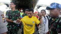 Korban selamat dari serangan Kelompok Kriminal Bersenjata (KKB) tiba di bandara di Timika, Papua, Kamis (6/12). Empat pekerja PT Istaka Karya selamat setelah berpura-pura mati saat diberondong tembakan oleh 50 anggota KKB. (AP Photo/Mujiono)