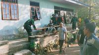 Tentara membantu warga mengungsi menyusul meningkatnya aktivitas gunung Karangetang Sumatera Utara (foyo:Liputan6.com/humas bnpb)