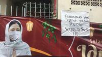 Warga Jalan Kartini Sawah Besar memasang spanduk penolakan pemudik tanpa surat bebas Covid-19. (Liputan6.com/Muhammad Radityo)