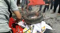 massa demonsrasi membakar bendera PDIP di Kendari saat kedatangan Jokowi, Rabu (30/6/2021)