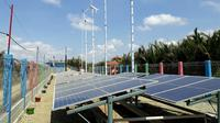 Kincir angin dan dan panel surya memberikan energi listrik di Dusun Bondan, Ujungalang, Kampung Laut, Cilacap. (Foto: Liputan6.com/Muhamad Ridlo).