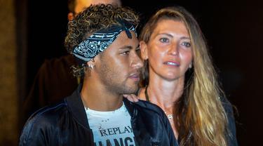 Striker Barcelona, Neymar Jr, menghadiri acara fashion di Shanghai, China, Senin (31/7/2017). Masa depan pemain asal Brasil tersebut masih teka teki setelah PSG tertarik memboyongnya dari Barcelona. (AFP/Chandan Khanna)
