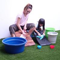Ayu Dewi mencuci bersama anak (Instagram/mrsayudewi)
