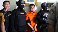 Polisi mengawal tersangka pembunuhan satu keluarga di Kota Bekasi saat gelar perkara di Polda Metro Jaya, Jakarta, Jumat (16/11). Tersangka HS mengaku telah melakukan pembunuhan tersebut. (Merdeka.com/Imam Buhori)