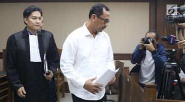 Kepala Kanwil Kemenag Jawa Timur, Haris Hasanuddin yang juga tersangka dugaan pemberian suap kepada anggota DPR Romahurmuziy (tengah) tertunduk usai menjalani sidang pembacaan dakwaan di Pengadilan Tipikor, Jakarta, Rabu (29/5). (Liputan6.com/Helmi Fithriansyah)