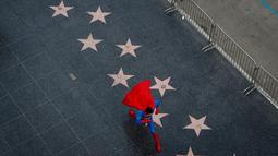 Toly Shtapenko mengenakan kostum Superman menyusuri jalan di Hollywood Boulevard, Los Angeles untuk menarik perhatian turis, 2 Maret 2017. Para pekerja Hollywood Boulevard Character ini menjadi bukti betapa kerasnya kehidupan di Hollywood (AP/Jae C. Hong)