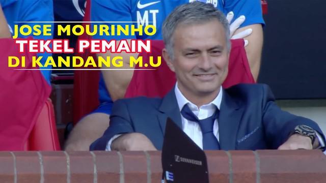 Aksi jahil Jose Mourinho melakukan tekel pada pemain di laga amal UNICEF antara tim sisa dunia vs bintang Inggris di Stadion Old Trafford.