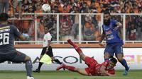 Striker Arema, Sylvano Comvalius, saat melawan Persija di SUGBK, Jakarta (3/8/2019). (Bola.com/Yoppy Renato)