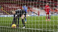 Penjaga gawang Liverpool Caoimhin Kelleher mengambil bola dari gawangnya saat kebobolan menghadapi Brighton pada pertandingan Liga Inggris di Anfield Stadium, Liverpool, Inggris, Rabu (3/2/2021). Brighton menang 1-0. (Clive Brunskill/Pool via AP)