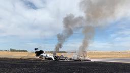 Kondisi pesawat jet yang terbakar sesaat setelah gagal lepas landas di Bandara Oroville, California, Rabu (21/8/2019). Pilot pesawat yang membawa dua kru dan delapan penumpang itu membatalkan lepas landas tanpa alasan jelas. (California Highway Patrol via AP)