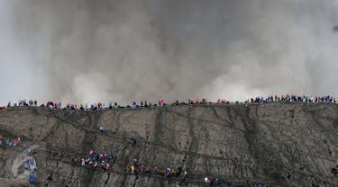 Ribuan wisatawan nekat menikmati erupsi di puncak Gunung Bromo, Taman Nasional Bromo Tengger Semeru, Jawa Timur, Kamis (21/7). Meski berstatus waspada, intensitas kunjungan ke Gunung Bromo justru meningkat. (Liputan6.com/Helmi Fithriansyah)