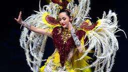 Miss Indonesia, Sonia Fergina Citra menampilkan kostum nasionalnya selama National Costume Show Miss Universe 2018 di Chonburi, Thailand, Senin (10/12). Kostum yang dikenakan oleh Sonia bertemakan 'Bird of Paradise'. (AP/Gemunu Amarasinghe)