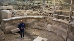 Arkeolog Tehillah Lieberman menunjukkan sebuah teater Romawi kuno yang ditemukan di dekat Tembok Ratapan, sebelah barat Yerusalem, Senin (16/10). Keberadaan ruang teater itu terungkap setelah penggalian sedalam delapan meter. (AP/Sebastian Scheiner)