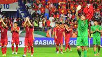 Pemain Timnas Vietnam menyapa suporter setelah kalah 0-1 dari Jepang pada perempat final Piala Asia 2019 di Al Maktoum Stadion, Dubai (24/1/2019). (AFP/Giuseppe Cacace)