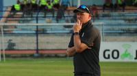 Peter Butler, pelatih Persipura. (Bola.com/Aditya Wany)