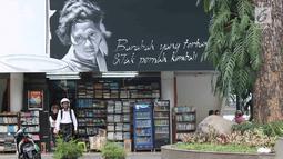 Pengunjung berada di sekitar mural bertema pahlawan di Taman Ismail Marzuki, Jakarta, Selasa (13/11). Mural tersebut dibuat dalam rangka memeriahkan Hari Pahlawan. (Liputan6.com/Immanuel Antonius)