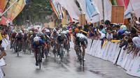 Sebanyak 91 pembalap menjalani etape V Tour de Singkarak 2018, Kamis (8/11/2018), dengan rute Kantor Bupati Limapuluh Kota dan berakhir di Kantor Bupati Kota Pasaman. (dok. Tour de Singkarak 2018)