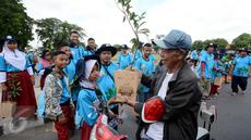 Siswa sekolah membagikan bibit pohon kepada pengendara sepeda motor dalam rangka memperingati Hari Bumi yang merupakan rangkaian Jambore Adiwiyata di Alun-Alun Kidul, Yogyakarta (29/4).  (Liputan6.com/Eko)