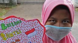 Seorang anak pengajian melakukan pawai di Jalan Raya Tapos, Depok, Jawa Barat, Kamis (22/10/2020). Pengajian Kampung Tapos menggelar pawai menyambut Hari Santri Nasional 2020 yang diperingati setiap tanggal 22 Oktober. (Liputan6.com/Herman Zakharia)
