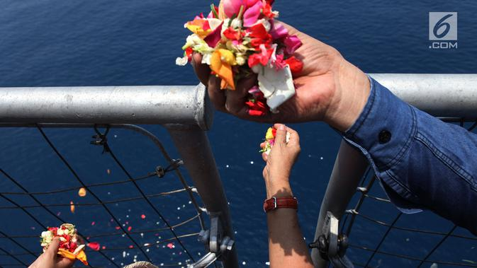 Keluarga korban pesawat Lion Air PK-LQP  penerbangan TJ 610 dengan tujuan Jakarta-Pangkal Pinang menabur bunga di atas KRI Banda Aceh di Perairan Tanjung karawang, Jawa Barat, Selasa (6/11). (Merdeka.com/Imam Buhori)