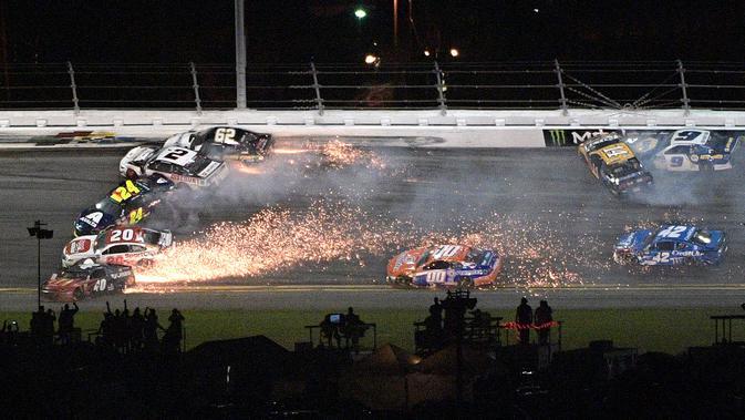 Sejumlah mobil terlibat kecelakaan dalam balapan NASCAR Daytona 500 di Daytona International Speedway, Daytona Beach, Florida, AS, Minggu (17/2). Tidak ada pembalap yang mengalami cedera serius dalam insiden tersebut. (AP Photo/Phelan M. Ebenhack)