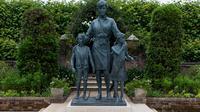 Patung Putri Diana di Istana Kensington. (dok. Dominic Lipinski / POOL / AFP)