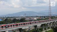 Rangkaian kereta LRT Jabodebek parkir di dekat stasiun LRT Harjamukti, Cibubur, Jakarta (26/3/2021). Pembangunan Lintas Pelayanan I Cawang-Cibubur mencapai 93,67%, Lintas Pelayanan II Cawang-Kuningan-Dukuh Atas 82,44% dan Lintas Pelayanan III Cawang-Bekasi Timur 76,94% (Liputan6.com/Fery Pradolo)