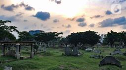 Kondisi makam warga keturunan China di TPU Kebon Nanas, Jakarta, Selasa (21/1/2020). Banyak kuburan di TPU ini dengan kondisi nisan rusak, ditumbuhi tanaman liar, tanah ambles, menjadi tempat pembuangan sampah warga, hingga menjadi tempat tinggal tunawisma. (merdeka.com/Iqbal Nugroho)