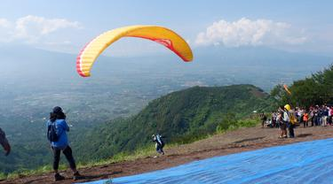 Menikmati Panorama Garut Sambil Terbang dari Puncak Gunung Putri